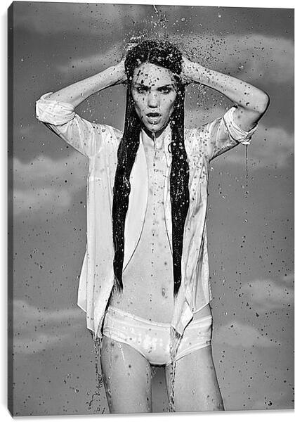 Постер на подрамнике - Девушка в брызгах воды